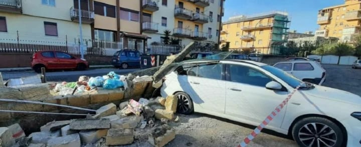 muro abbatte su auto