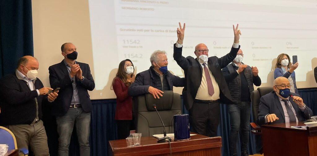 Nino Di Giacomo esulta durante la proclamazione