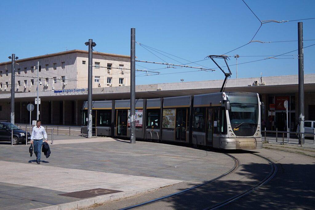 La fermata del tram davanti la stazione centrale di Messina