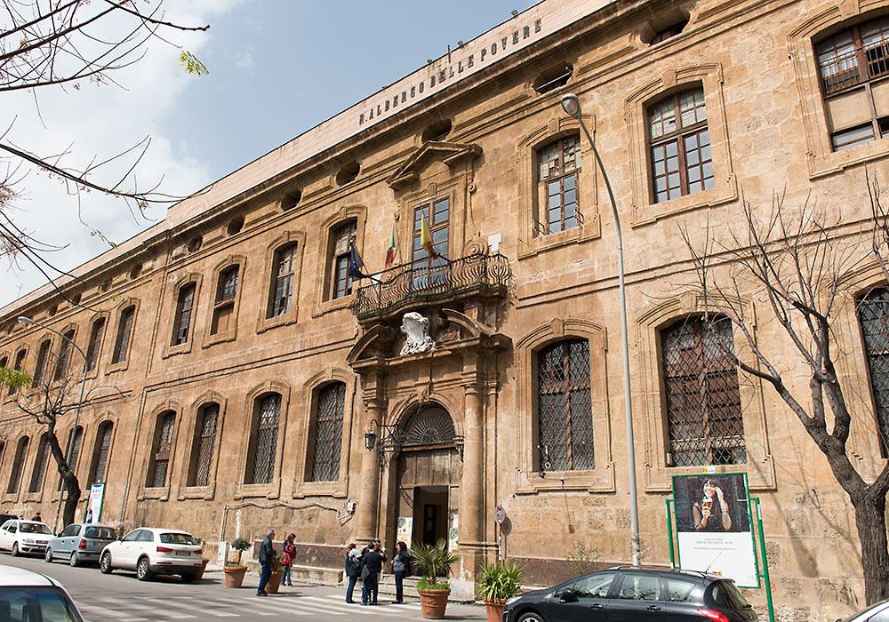 L' ingresso dell' Albergo delle Povere in corso Calatafimi, a Palermo