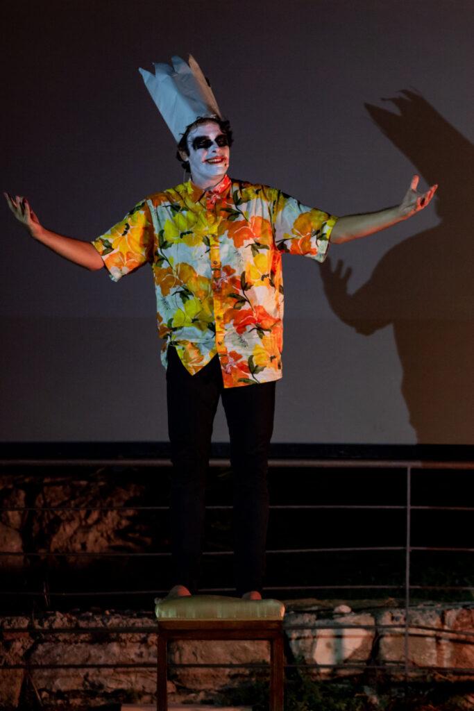 Patrick Zaki è rappresentato da un Joker,  castigato per avere offerto agli uomini la conoscenza