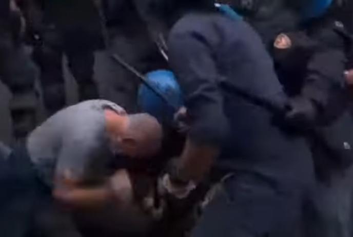 Le immagini del poliziotto che picchia un manifestante a Roma